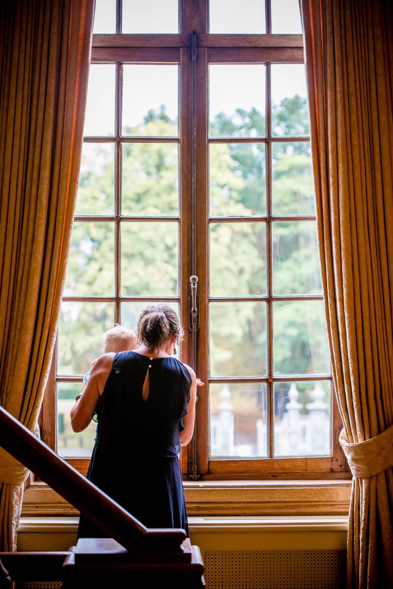 Gasten opwachten in het kasteel voor het doopsel